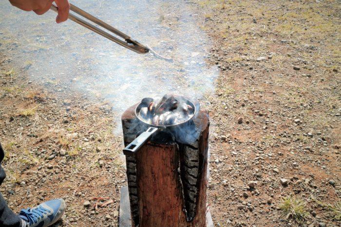 上大島キャンプ場でスエディッシュトーチで料理をする