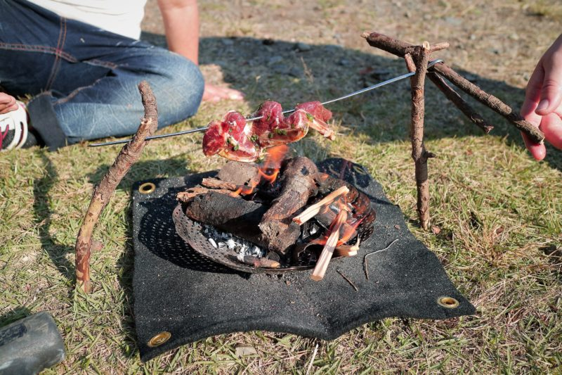 上大島キャンプ場で焚き火で骨付きカルビを焼く