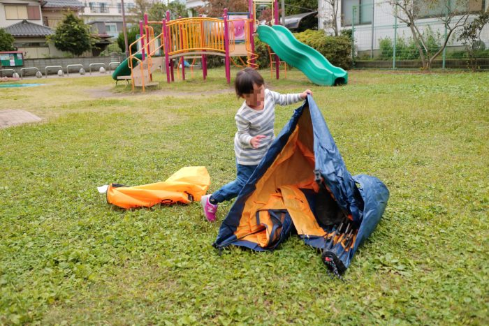 QUICK CAMPのONE TOUCH TENTの品番QC-OT210 ワンタッチテントの3人用を公園で広げる