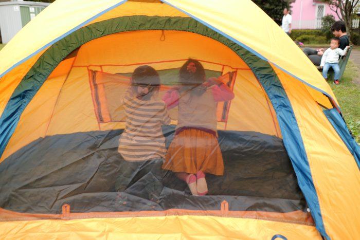QUICK CAMPのONE TOUCH TENTの品番QC-OT210 ワンタッチテントの3人用で子どもが遊ぶ