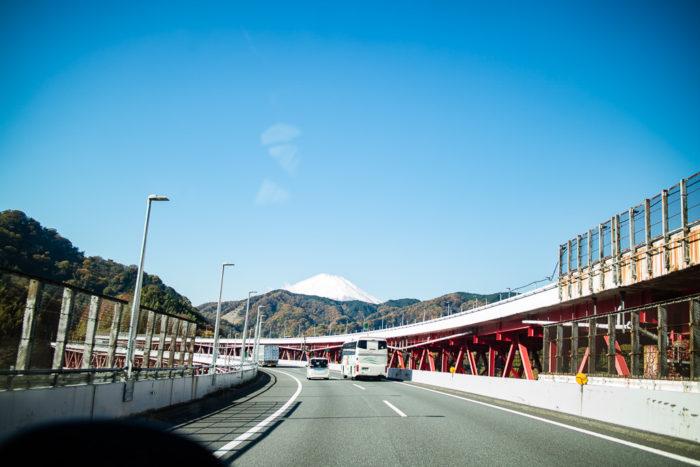 東名自動車道で一路、だるま山高原キャンプ場へ向かう