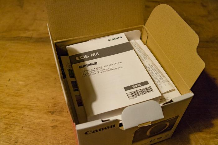 CANONのEOS M6 の箱を開けたところ。