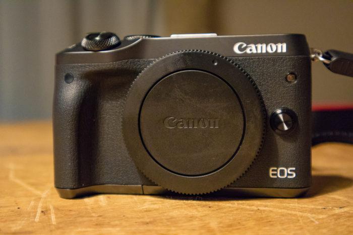 CANONのEOS M6ボディで色はブラック