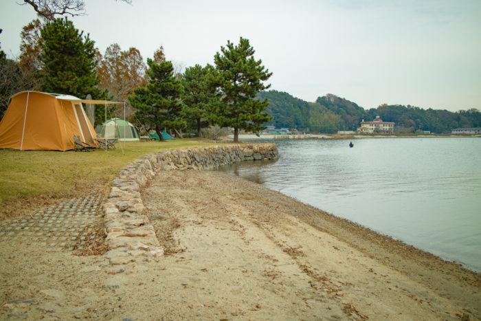 涸沼湖畔の親沢公園キャンプ場で設営