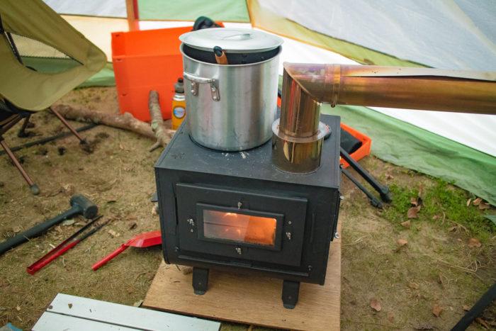 親沢公園キャンプ場で薪ストーブを楽しむ