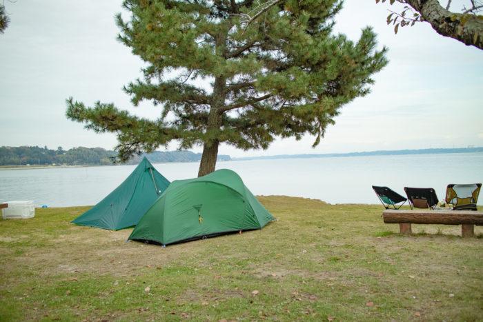 親沢公園キャンプ場でテントを設営する