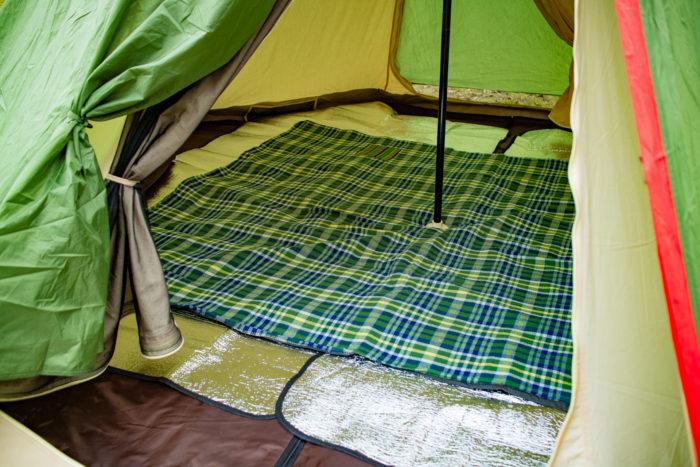 親沢公園キャンプ場でテントの設営中