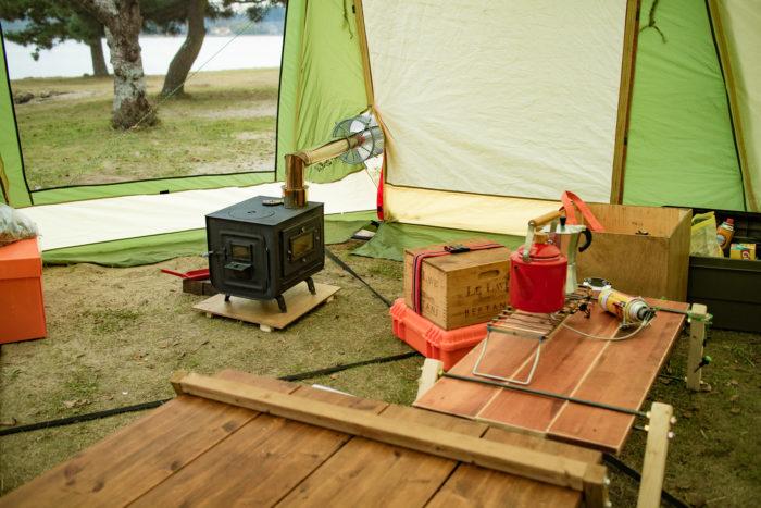 親沢公園キャンプ場でテントと薪ストーブの設営中