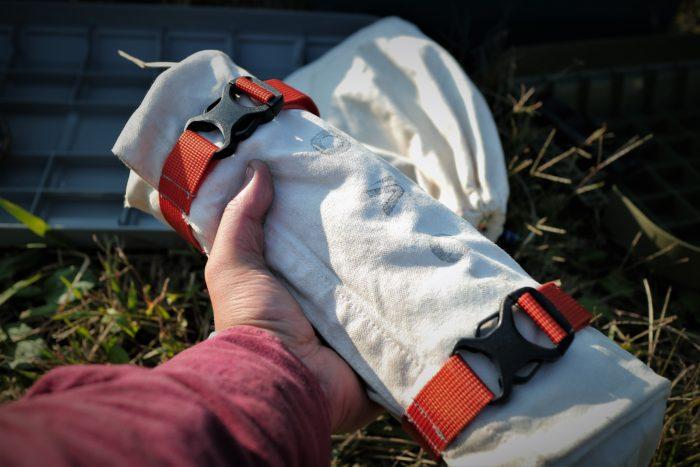 古くなった無印のトートバッグを利用してペグバッグを作成、沢山ペグを入れるとこんな感じです。