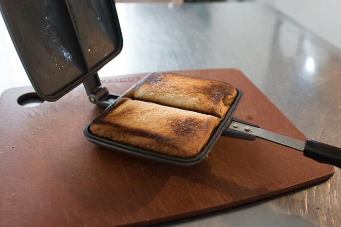 BAWLOOで作ったピーナッツバターのホットサンドが出来上がり