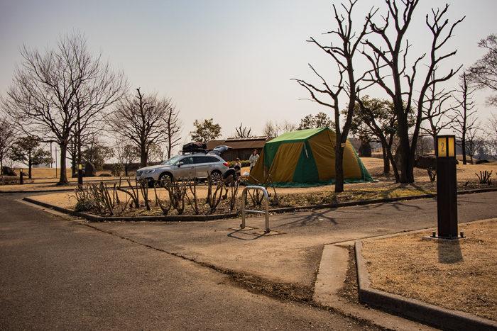 蔓巻公園キャンプ場で設営するEgnathさん
