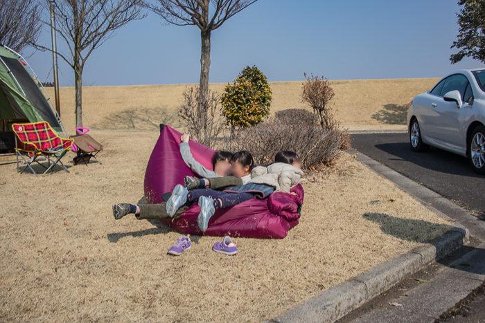 蔓巻公園キャンプ場で戯れる子供たち