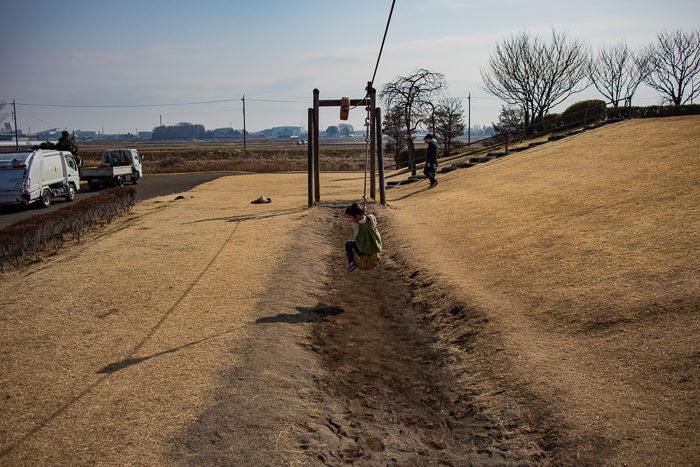 蔓巻公園キャンプ場の築山のターザンロープ