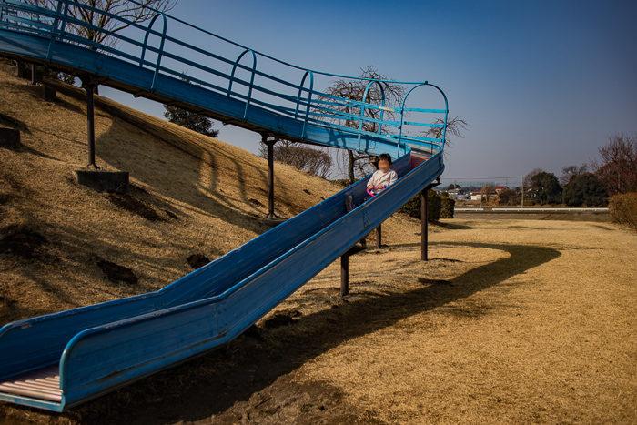 蔓巻公園キャンプ場の築山の頂上からのローラー滑り台