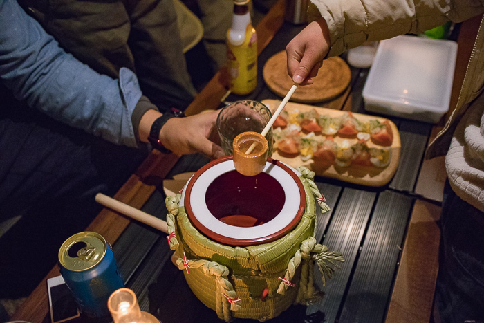 蔓巻公園オートキャンプ場での宴会での樽酒