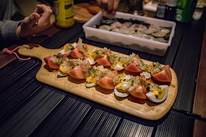 蔓巻公園オートキャンプ場の宴会で登場したトマトと卵を並べたサラダ