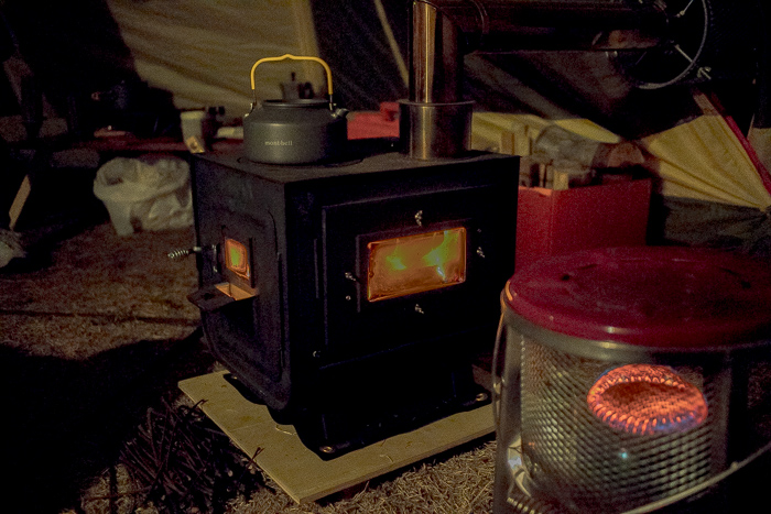 蔓巻公園オートキャンプ場の夜に火を付けた薪ストーブ