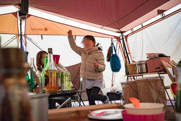 蔓巻公園オートキャンプ場で朝の宴会での幼稚園の踊り