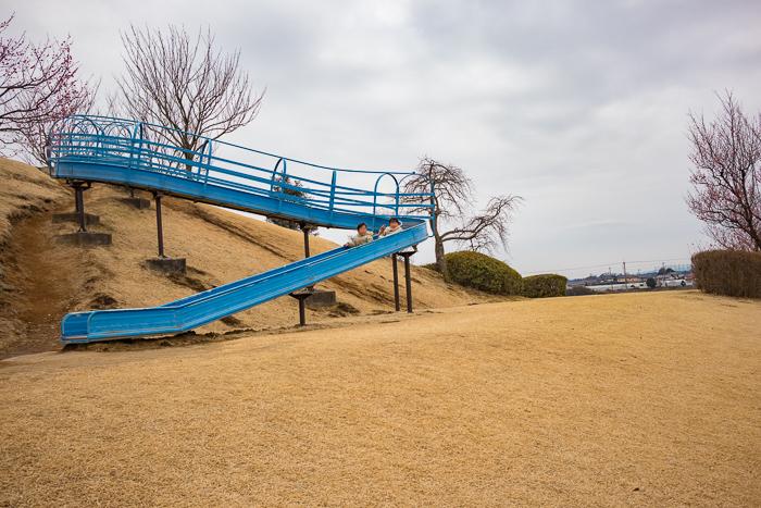 蔓巻公園オートキャンプ場でローラー滑り台で遊ぶ