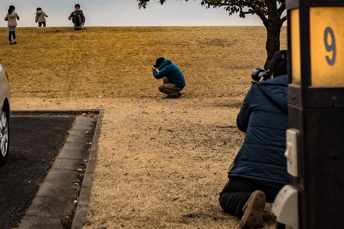 蔓巻公園オートキャンプ場の土手で写真撮影