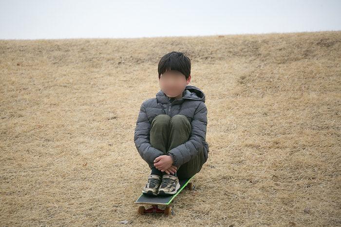 蔓巻公園オートキャンプ場の土手をスケボーで滑り降りる