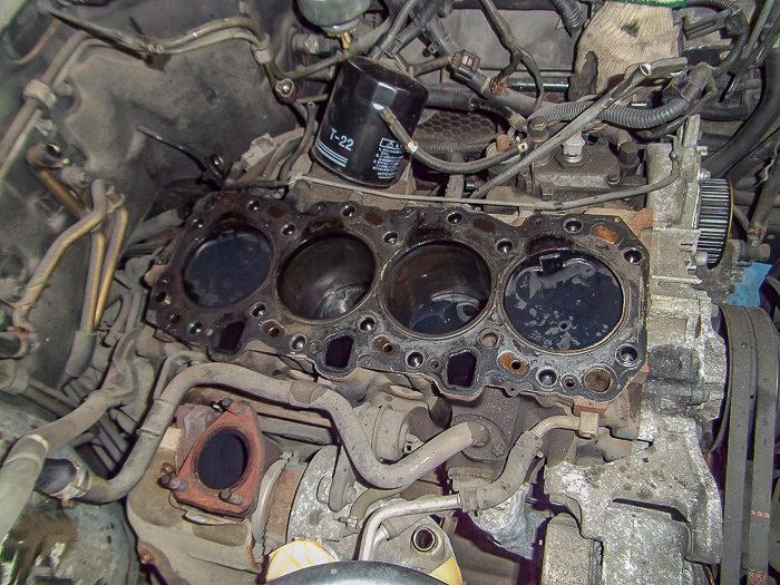 78ランドクルーザープラド1KZエンジンのエンジンヘッドヒビ割れで修理しているエンジンブロック