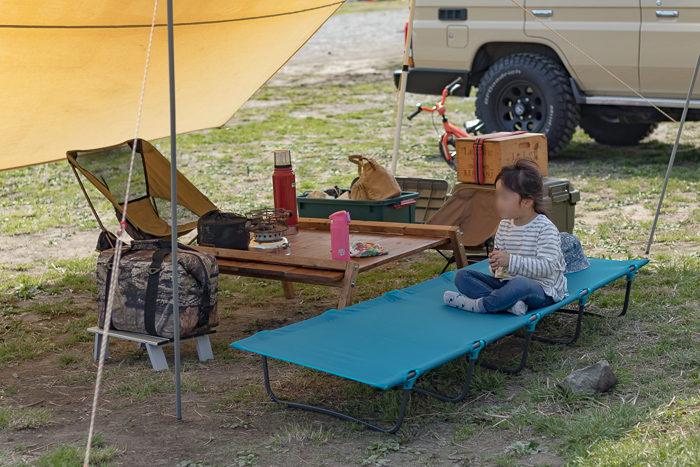 田代運動でデイキャンプしたときの設営後のお菓子を食べる娘