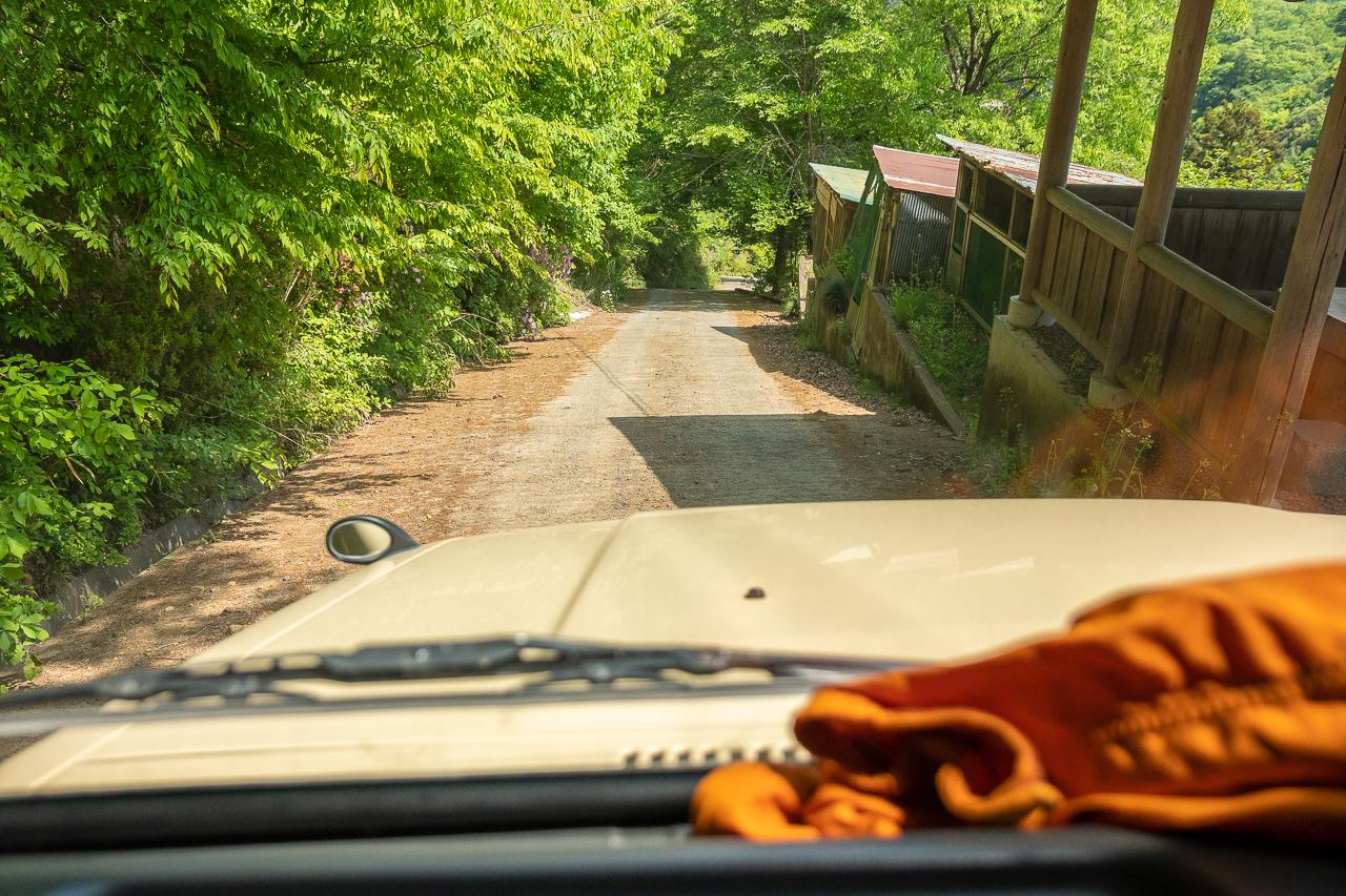 鷲の巣キャンプ場の入り口の急坂