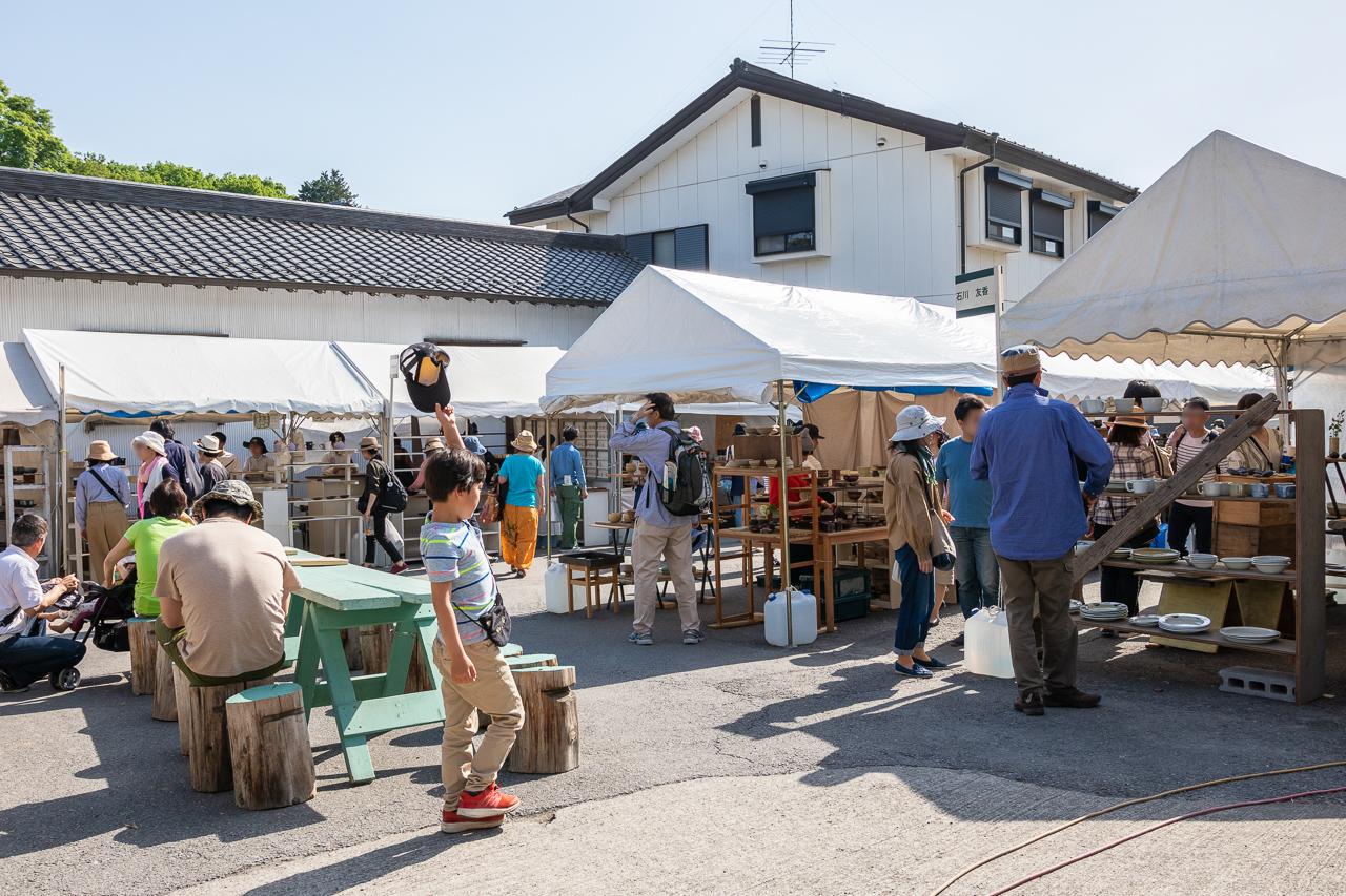 2018年春の益子陶器市の路地裏テントの風景