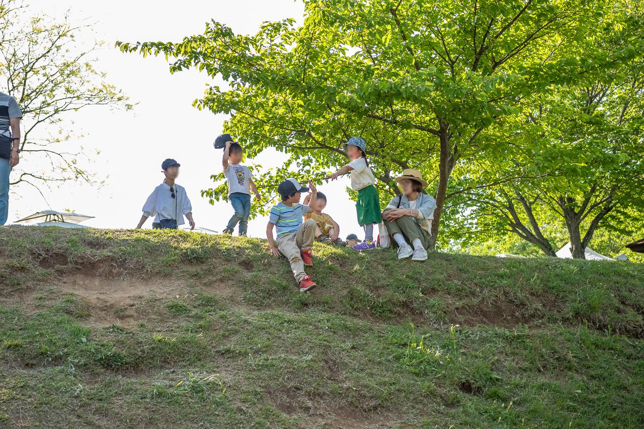 2018年春、益子陶器市の陶芸メッセの土手で遊ぶ子供達