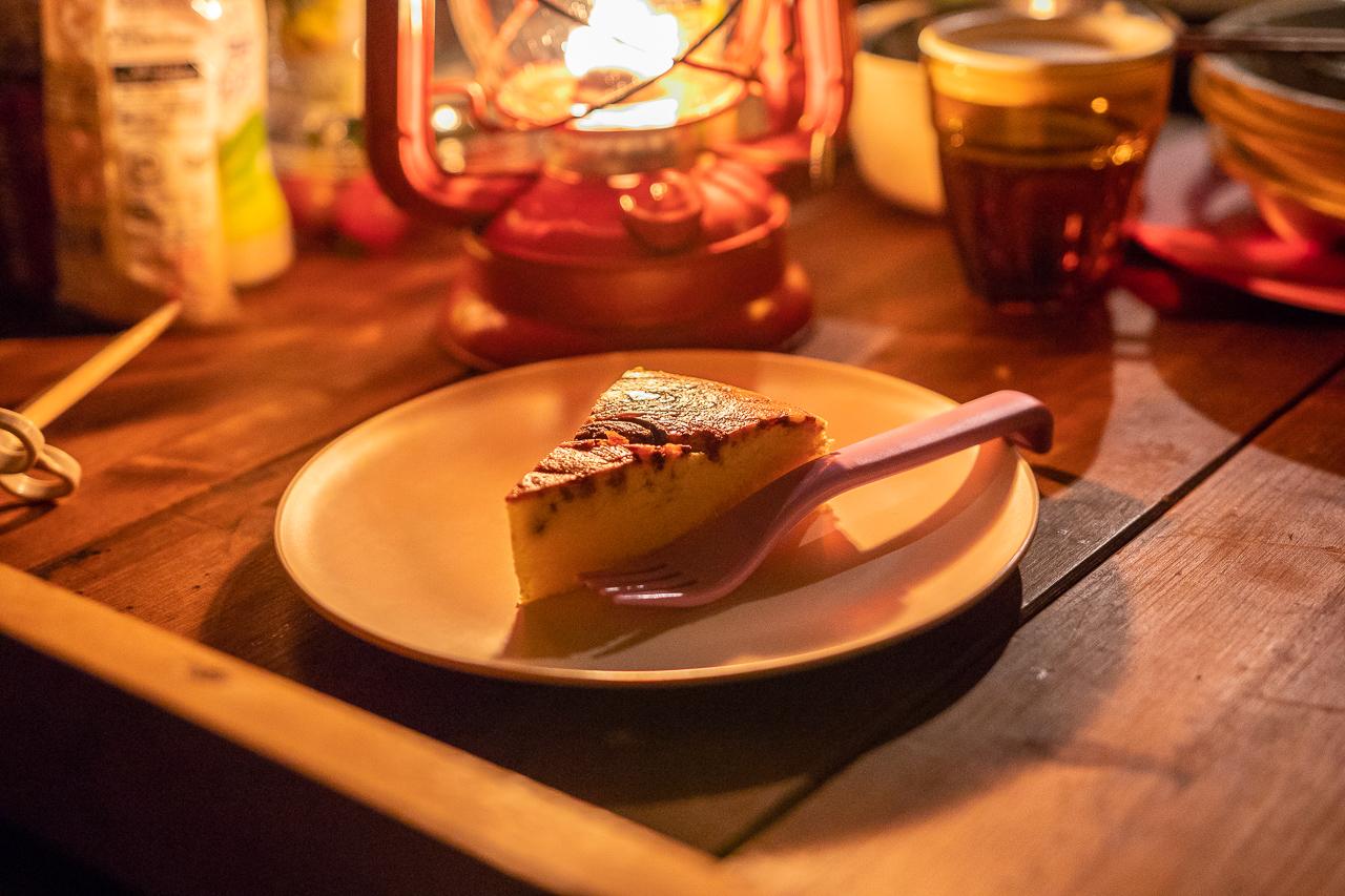 鷲の巣キャンプ場で夕飯後のデザートのチーズケーキ