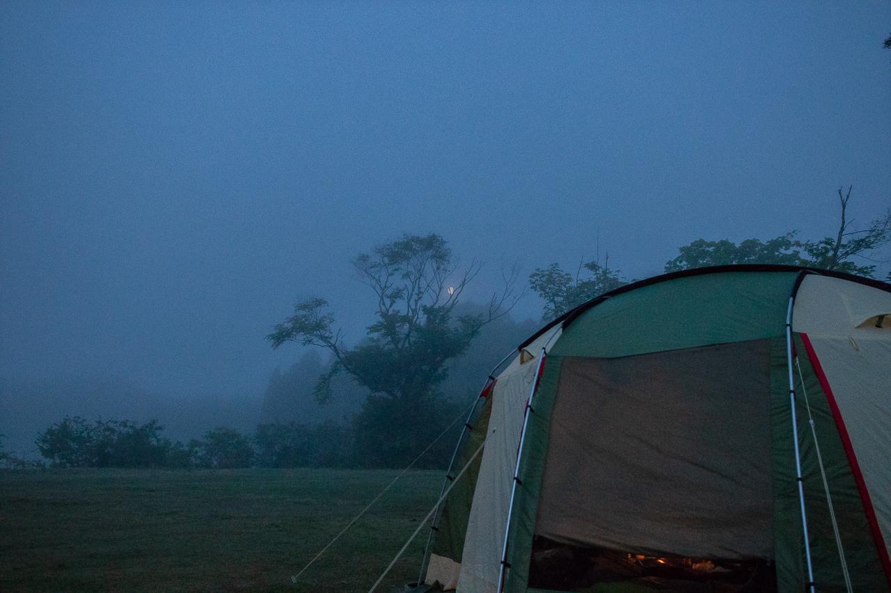 霧の中の鷲の巣キャンプ場の朝