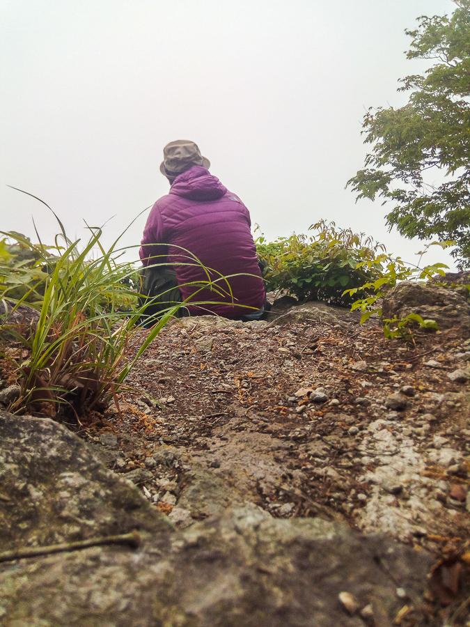 霧の中での鎌倉山展望台からの朝日待つ自撮り