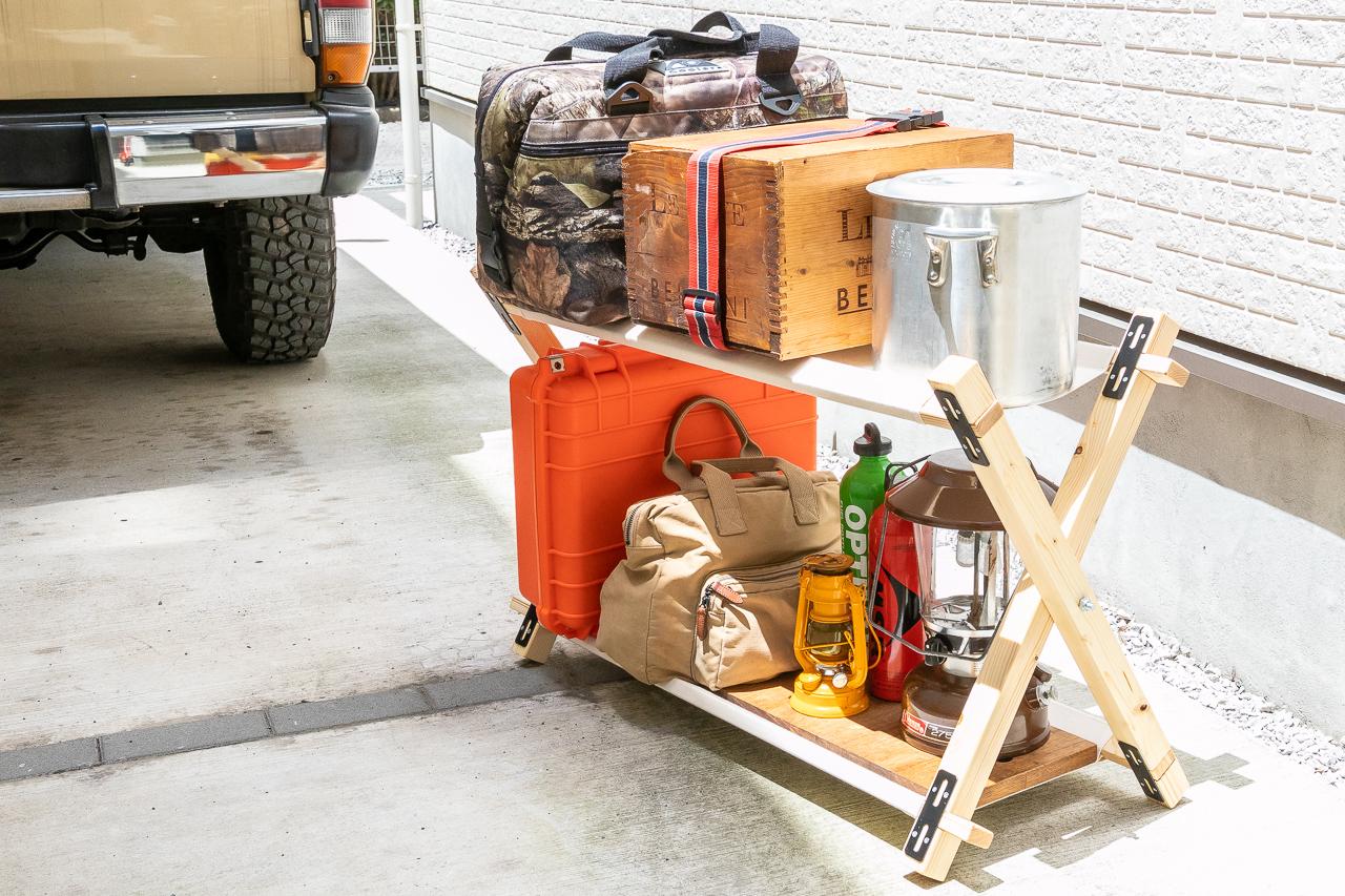 自作したキャンプ用のラック、コットンウッドラックの荷物を載せたところ