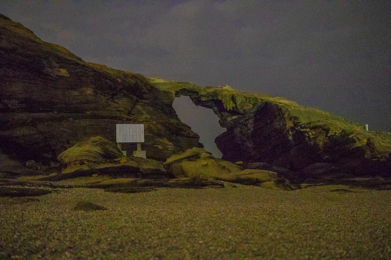 三浦半島の馬の背洞門で野営時の夜の風景
