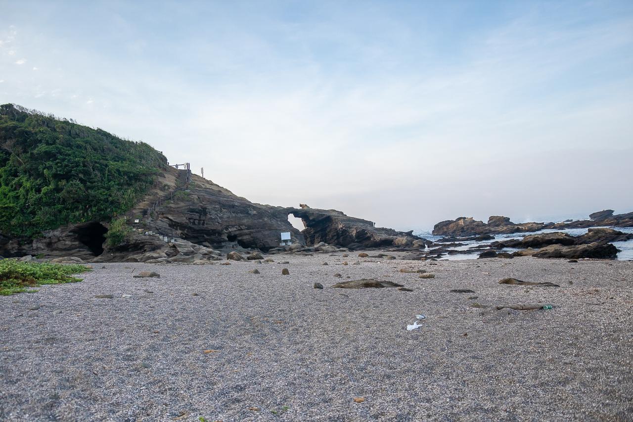 三浦半島の馬の背洞門で野営時の海の風景