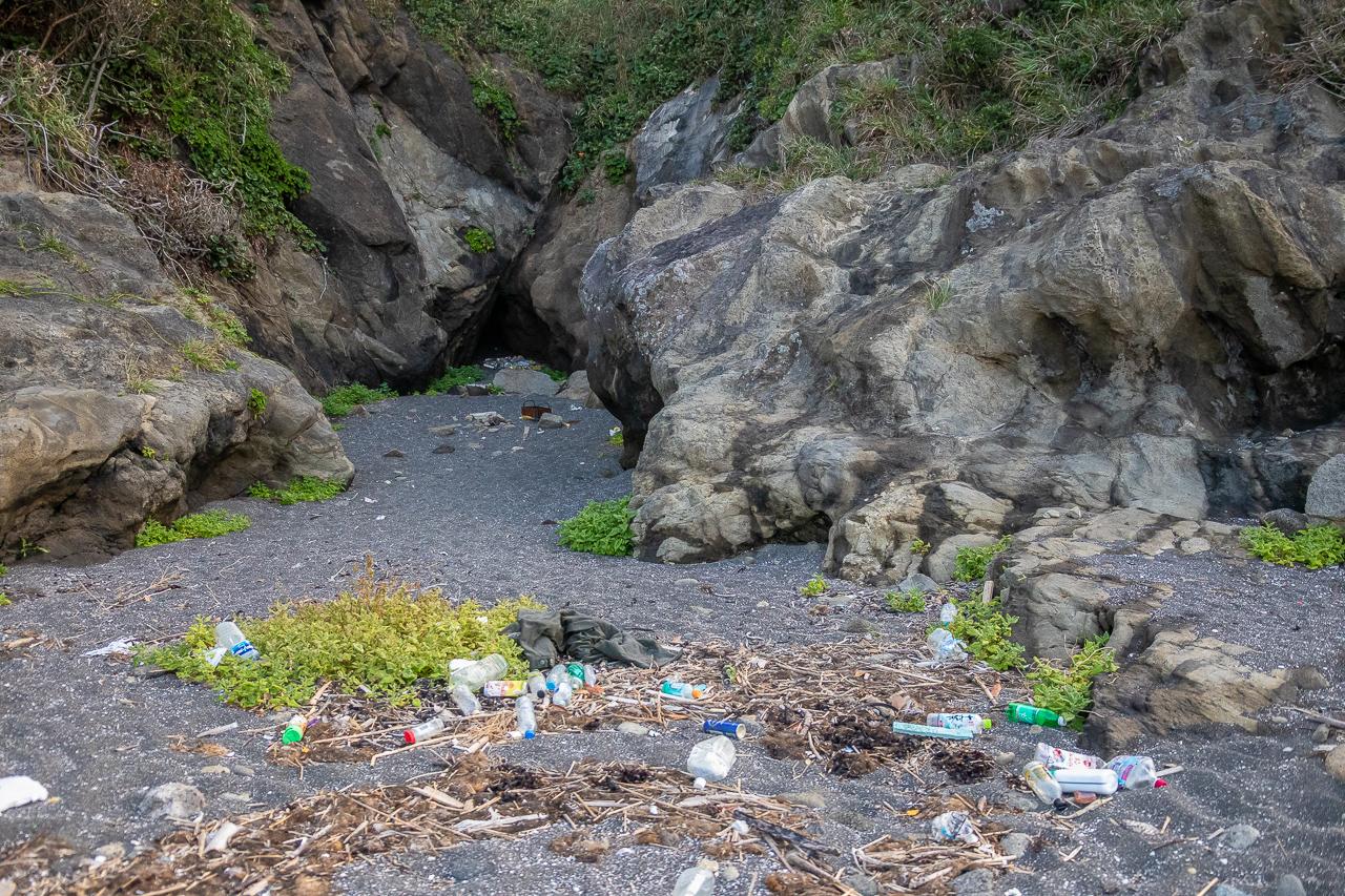三浦半島の馬の背洞門で野営時のゴミの風景