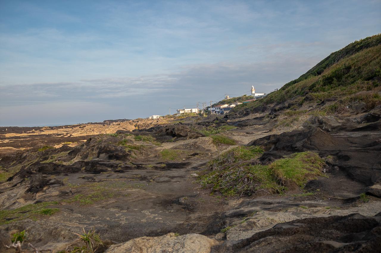 三浦半島の馬の背洞門で野営時の朝の海の風景