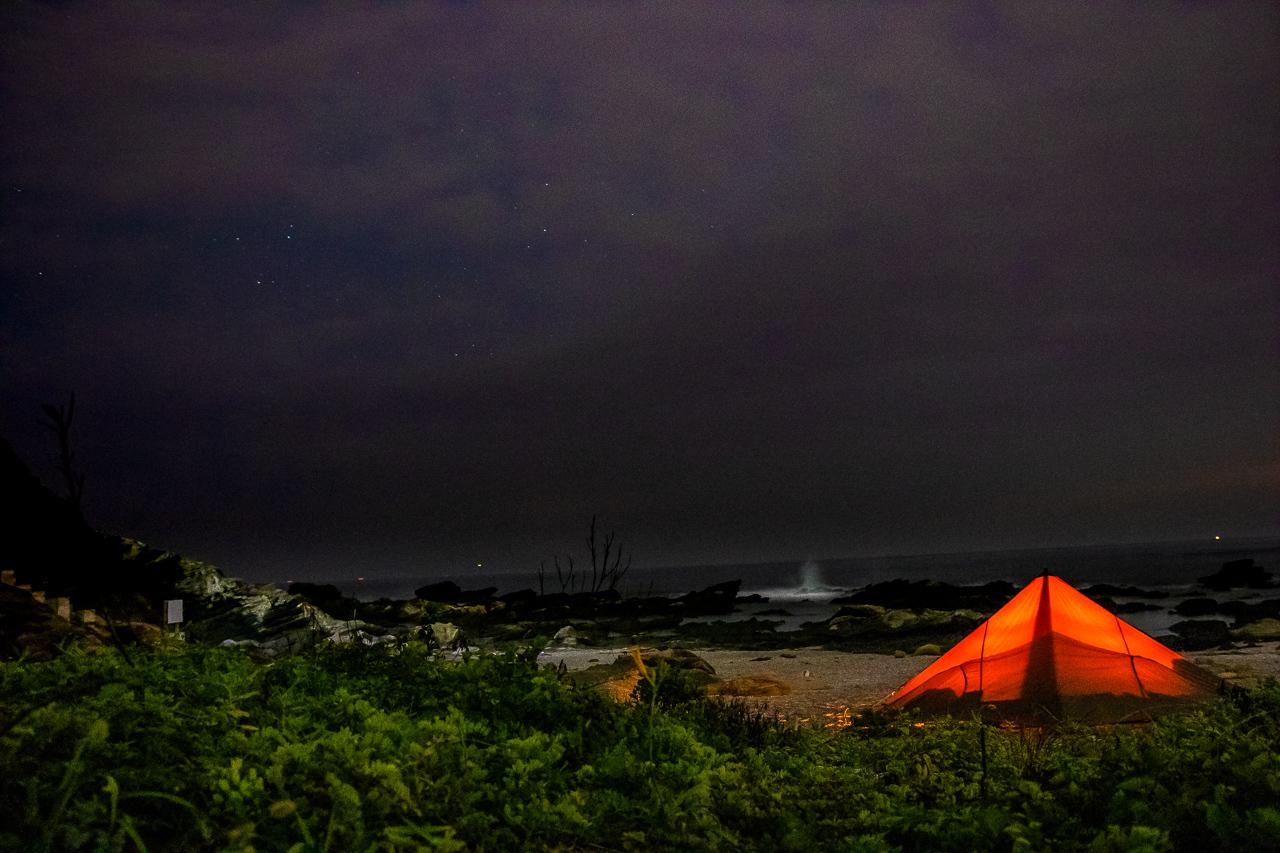 三浦半島の馬の背洞門で野営時の天の川と星空夜景