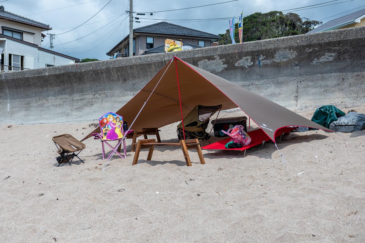海の砂浜でサンドペグを使用してスノーピークのペンタを設営