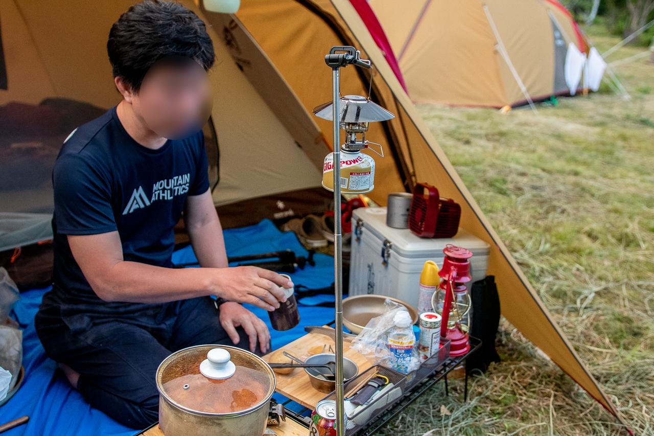 霧ヶ峰キャンプ場でブロガー仲間のediさんが夕飯作り中