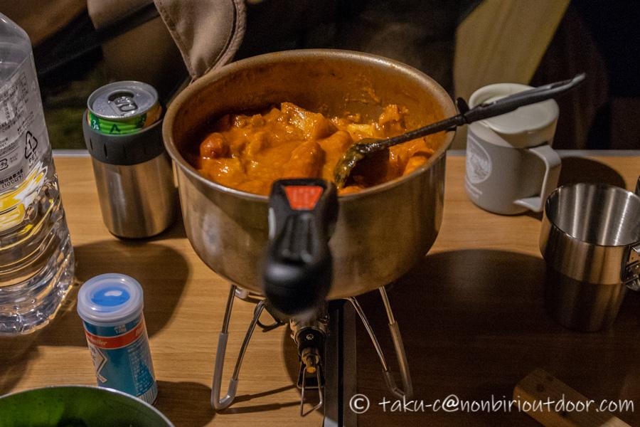 霧ヶ峰キャンプ場の夜の宴会のメニューの野菜とソーセージのトマトジュース煮込みスープ