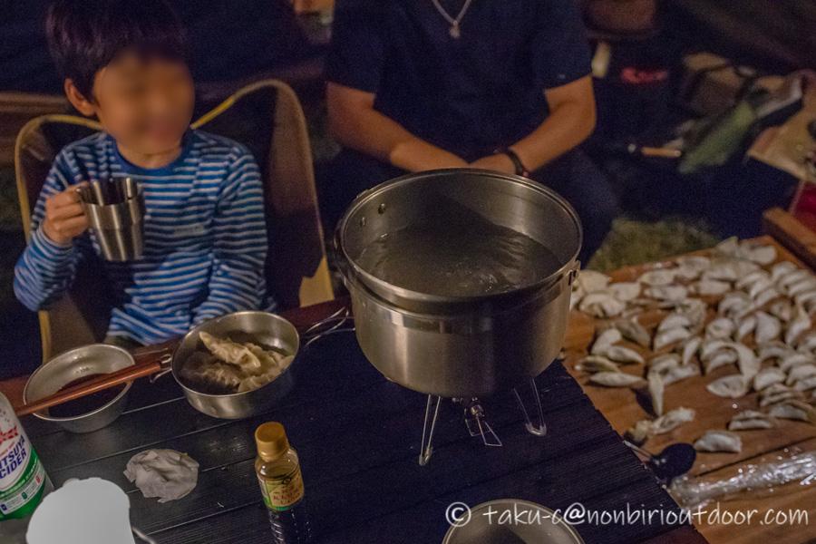 霧ヶ峰キャンプ場の夜の宴会のメニューの水餃子