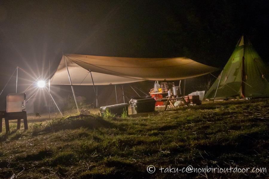 霧ヶ峰キャンプ場の夜のノースイーグルコットンワンポールと自作タープ