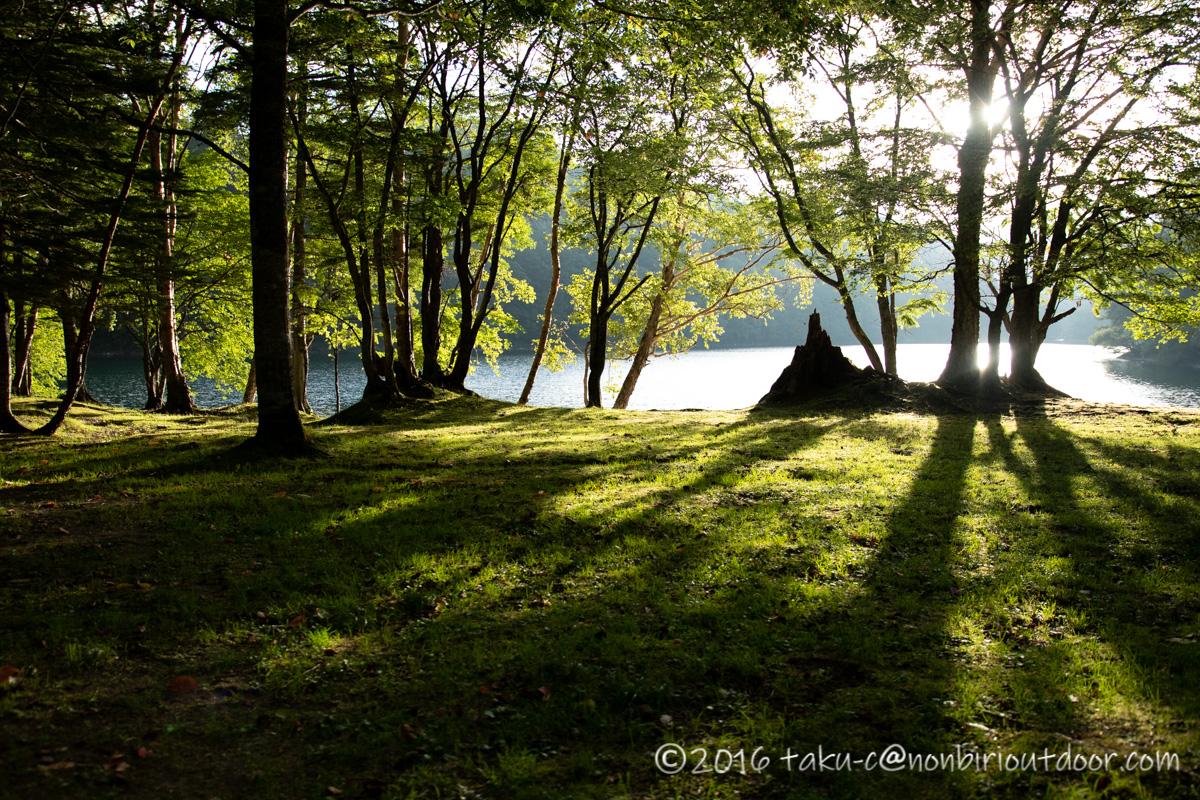 菅沼の美しい湖畔の風景