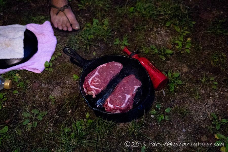 菅沼キャンプ村でステーキを焼く