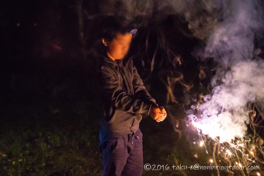 菅沼キャンプ村で花火をやる