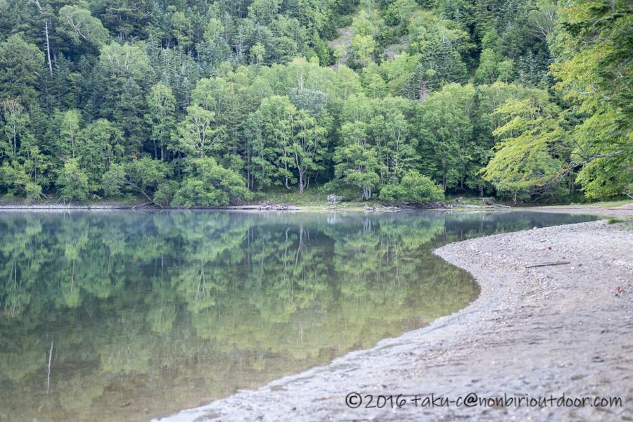 菅沼の朝の湖畔
