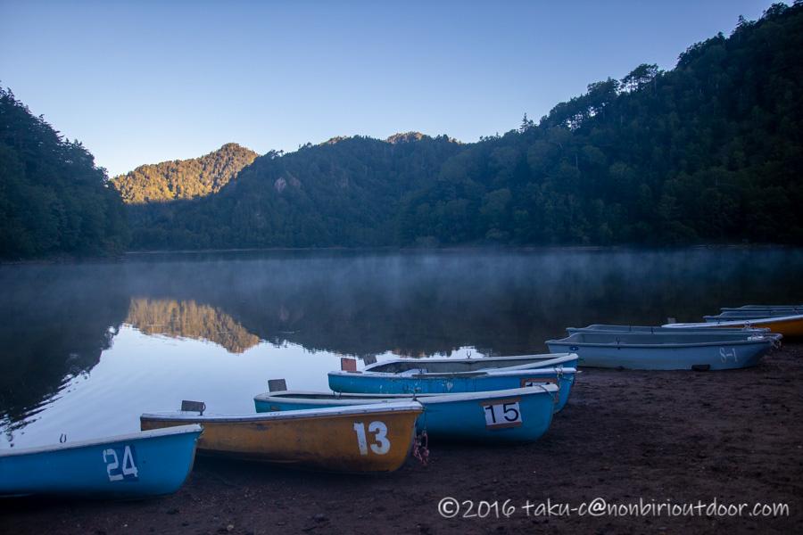 菅沼の朝の湖畔風景