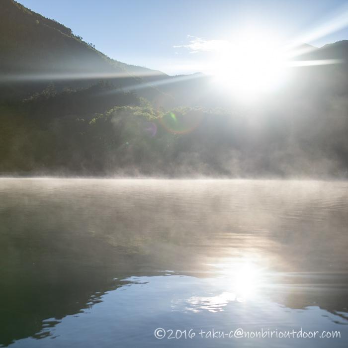 菅沼の朝もやの湖上